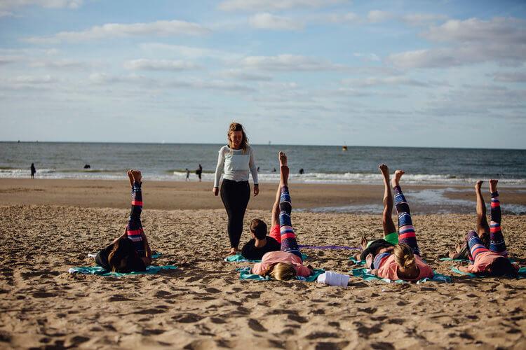 Yoga op het strand of op zee
