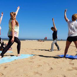 Yoga op het strand van Scheveningen