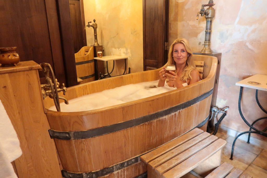 Voordelen van een bierbad in een bierspabadderen in bier