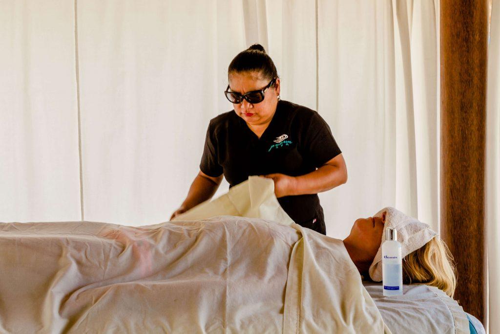 Massage op het strand bij Bucuti Aruba