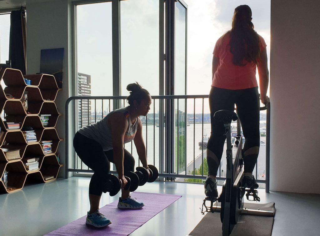 Thuis sporten met gewichten voor vrouwen