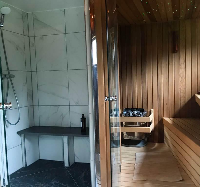 Finse en infrarood sauna in wellness tuin