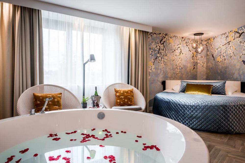 Romantische hotelkamer met bubbelbad / jacuzzi