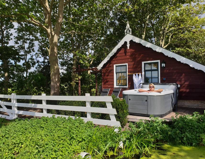 Vakantiehuisje Friesland met Jacuzzi buiten