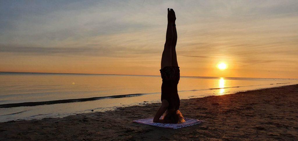 Yoga les op het strand van Rockanje