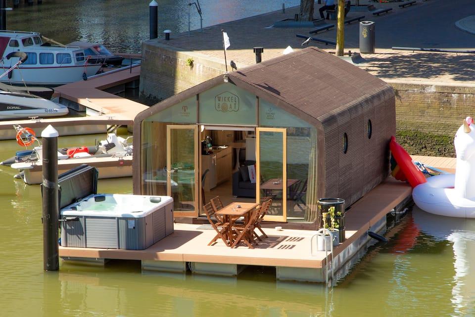 Wikkelboat Tiny House met Jacuzzi buiten in Rotterdam centrum