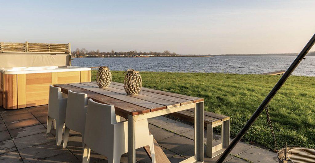 Luxe vakantiehuis met jacuzzi buiten Lauwersmeer