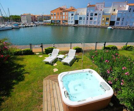 Vakantiehuis met jacuzzi aan het water in Frankrijk