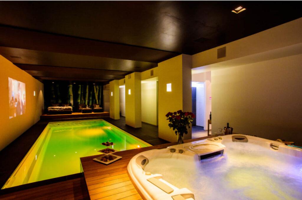 Privé sauna met groot zwembad binnen
