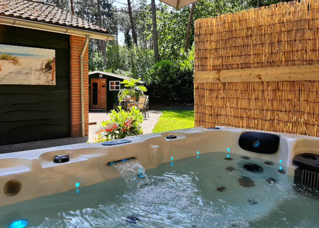 Privé sauna met Jacuzzi buiten