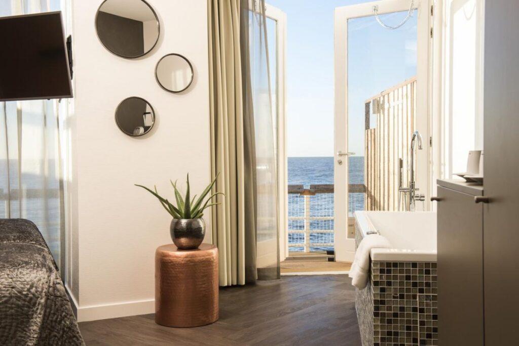Hotel badkamer met uitzicht in Nederland