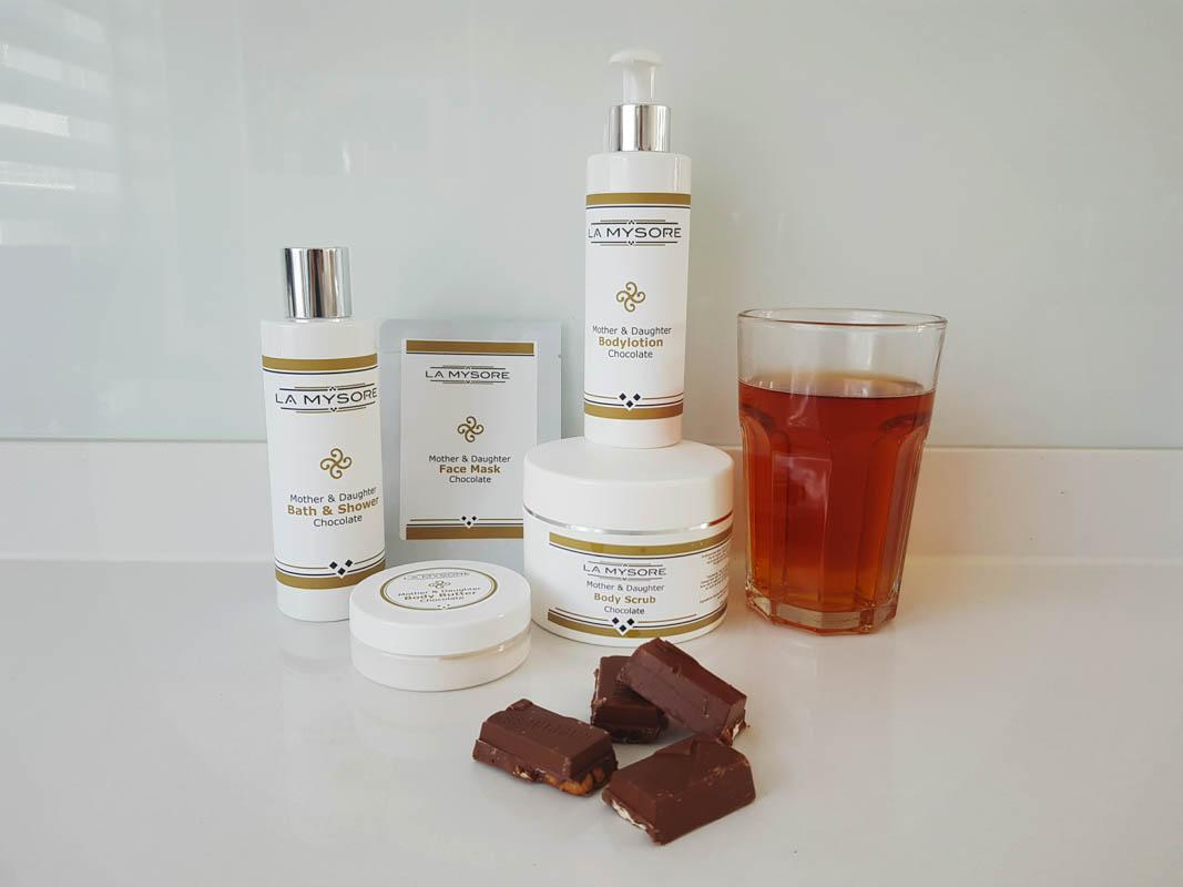 Moeder dochter treatment thuis met chocolade beauty producten
