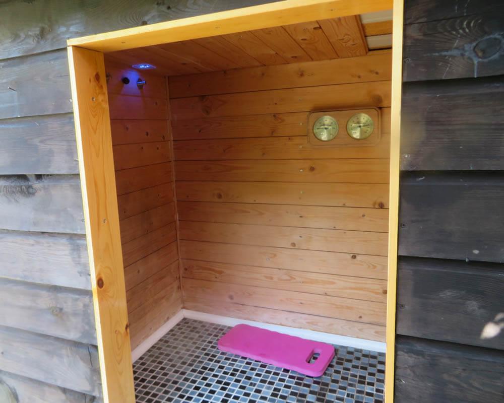 Zelf een mini-sauna in tuin bouwen die werkt op waterkoker!